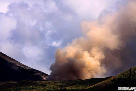 Вулкан Локон в Индонезии выбросил облако пепла