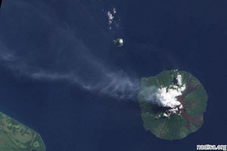 Вулкан Манам выбрасывает пепел на высоту 14 км
