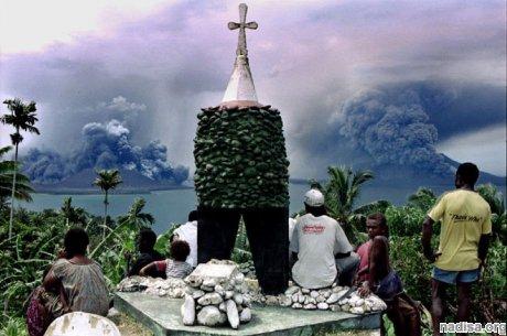 В Папуа — Новой Гвинее извергается стратовулкан