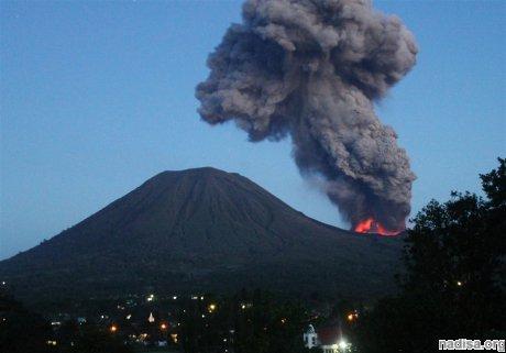 Вулкан в Индонезии продолжает бушевать