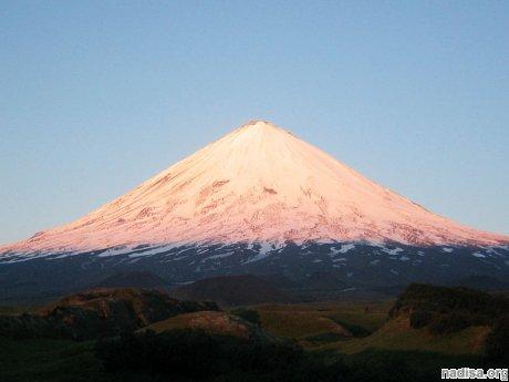 Извергающийся Ключевский вулкан выплескивает лаву наружу