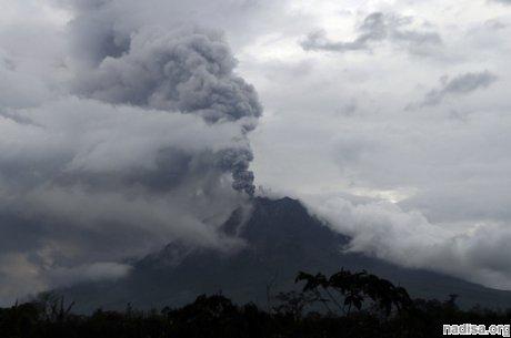 Около тысячи жителей острова Суматра покинули свои жилища из-за очередного извержения вулкана Синабунг