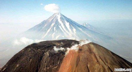 На Камчатке снова видны столбы пепла над вулканами