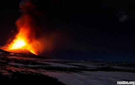 Новое извержение вулкана Этна озарило небо над Сицилией