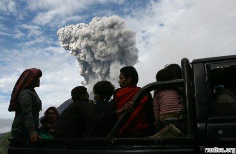 С острова Суматра эвакуируют 15000 человек
