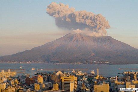 Японский вулкан Сакурадзима разразился серией из 131 извержения
