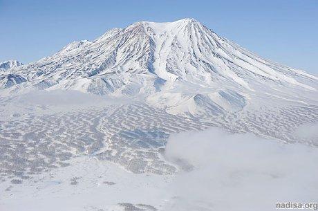 Вулкан Жупановский выбросил столб пепла на высоту 3500 метров