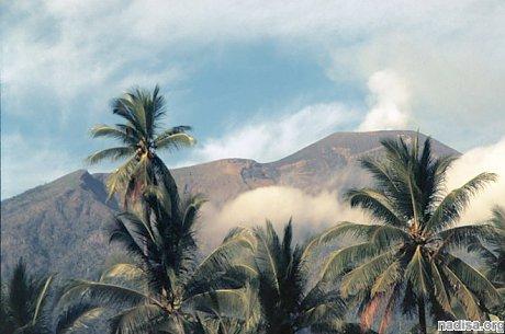 Аэропорт в городе Тернате закрыт из-за извержения вулкана