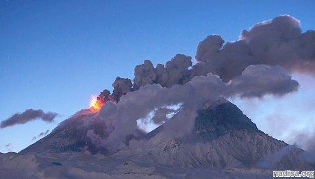 Вулкан Ключевской выбросил очередной столб пепла