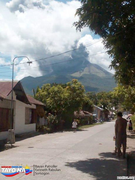 Вулкан Булусан вновь «плюется» пеплом на Филиппинах