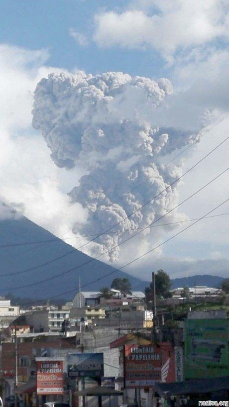 Гватемальский вулкан Сантьягуито продолжает «плеваться» пеплом