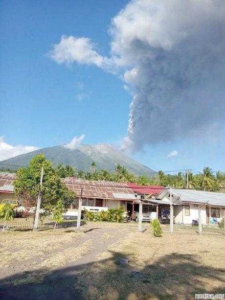 Вулкан Гамалама нарушает авиасообщение на острове Тернате второй день подряд