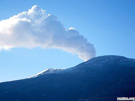 Вулкан Руис в Колумбии выбрасывает клубы дыма