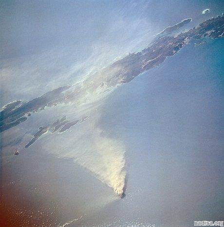 На единственном активном вулкане Индии наблюдаются взрывы и лава
