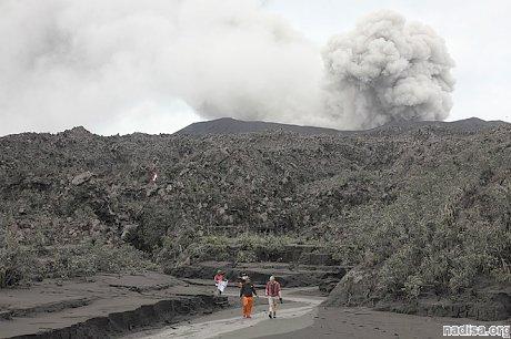 Активный индонезийский вулкан Дуконо продолжает свирепствовать