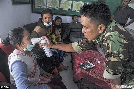 Вулкан Иджен в Индонезии извергает токсичный сернистый газ: 30 человек госпитализированы