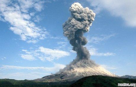 Вулкан Карымский на Камчатке выбросил 5-километровый столб пепла