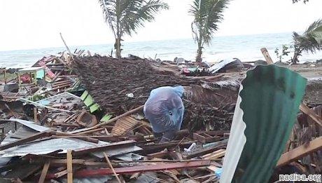 Живыми или мертвыми: жители Индонезии после цунами ищут своих родных и близких