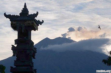 На Бали снова извергается вулкан Агуг