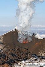 Вулкан Эбеко на Курилах выбросил пепел