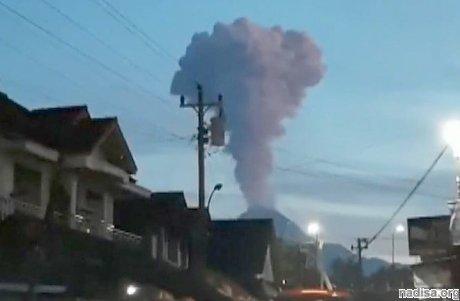 На острове Ява произошло извержение вулкана Мерапи, пепел поднялся на высоту 2 км
